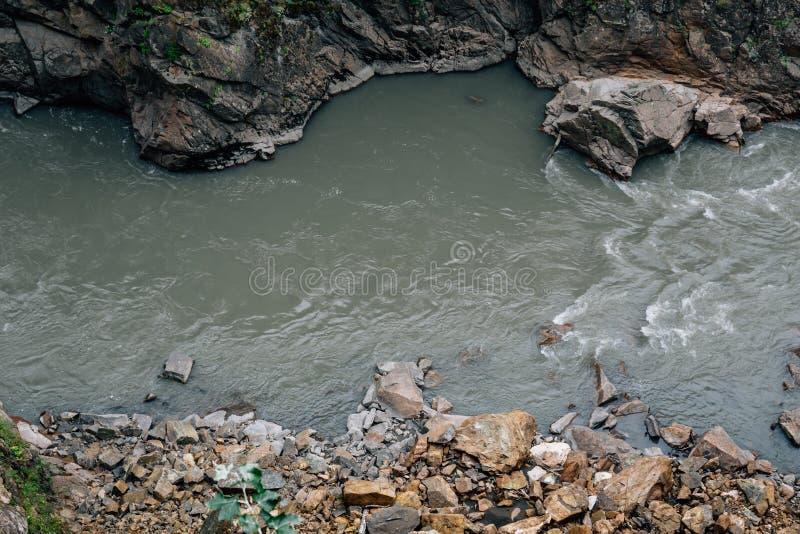 Río de la montaña entre las costas rocosas imagenes de archivo