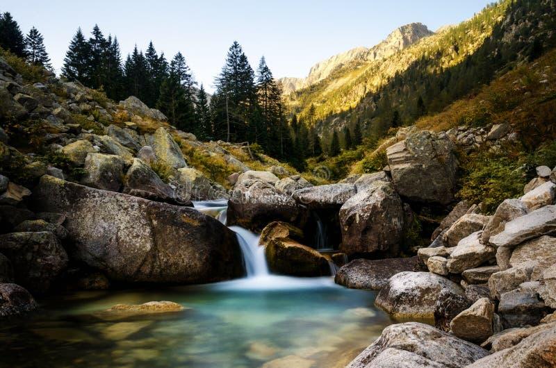 Río de la montaña que fluye fotos de archivo