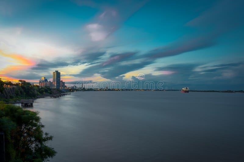Río de la puesta del sol de Rosario, la Argentina, Suramérica Una ciudad realmente colorida fotos de archivo