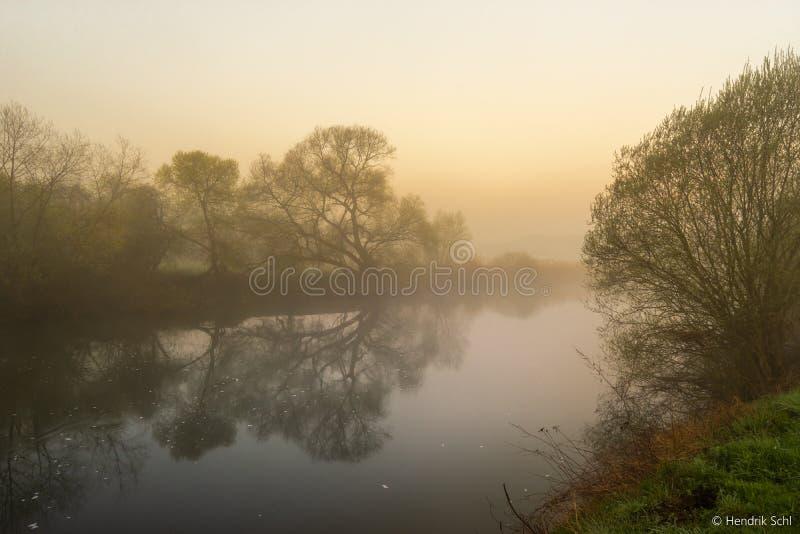 Río de Lahn por la mañana con la niebla fotografía de archivo
