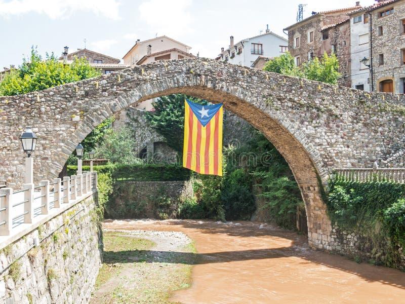 Río de Llobregat, como pasa a través de la ciudad de La Pobla de Lillet, Cataluña, España imagen de archivo