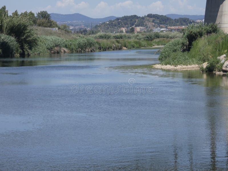 Río de Llobregat en su manera a través de Sant Feliu de Llobregat foto de archivo libre de regalías