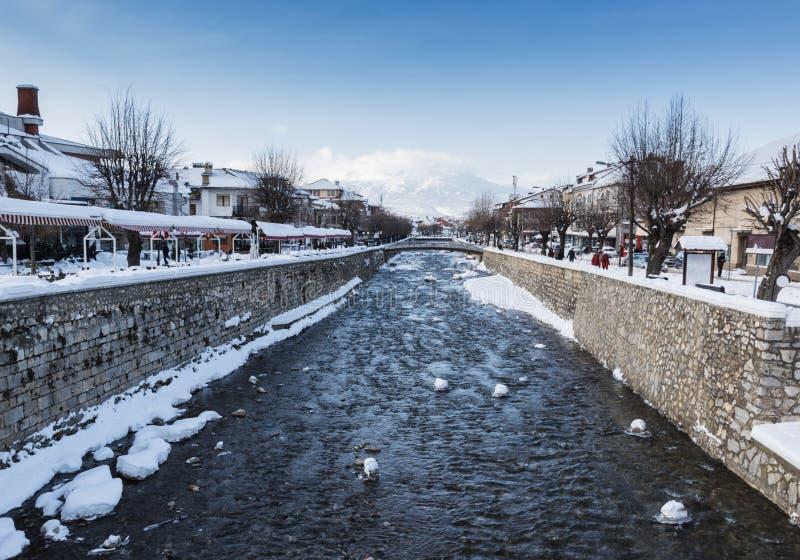 Río de Lumbardhi en la ciudad vieja de Prizren, Kosovo en el mar del invierno imagenes de archivo
