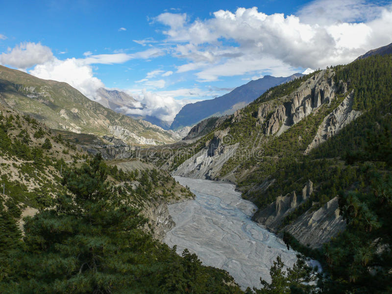 Río de Marsyangdi cerca de Manang, Nepal fotografía de archivo
