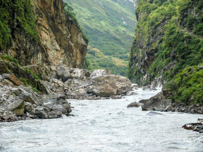 Río de Marsyangdi cerca del pueblo de Tal - Nepal fotografía de archivo libre de regalías