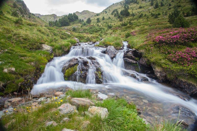 Río de Meners en Ransol los Pirineos de Andorra imágenes de archivo libres de regalías
