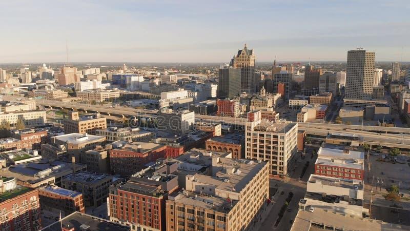 Río de Milwaukee en el centro de la ciudad, distritos del puerto de Milwaukee, Wisconsin, Estados Unidos Propiedades inmobiliaria foto de archivo libre de regalías