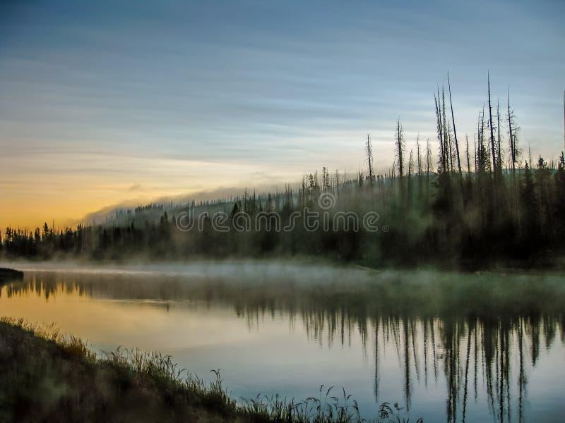 Río de Mistic con la niebla reflejada foto de archivo