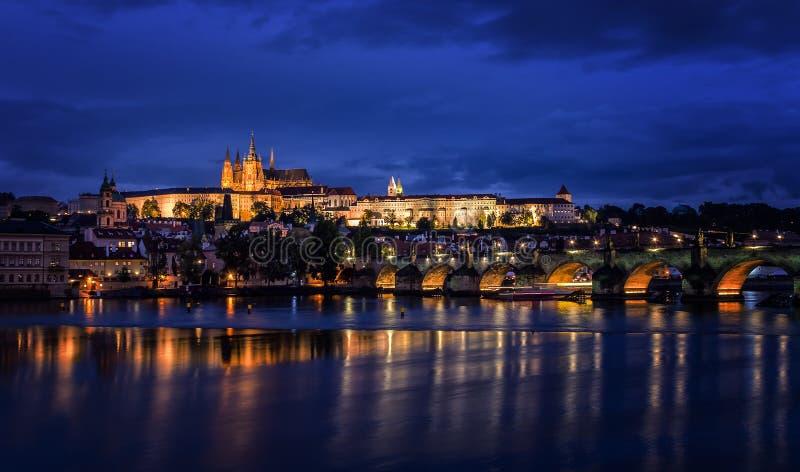 Río de Moldava, Charles Bridge y castillo de Praga en la noche, Praga, imagenes de archivo