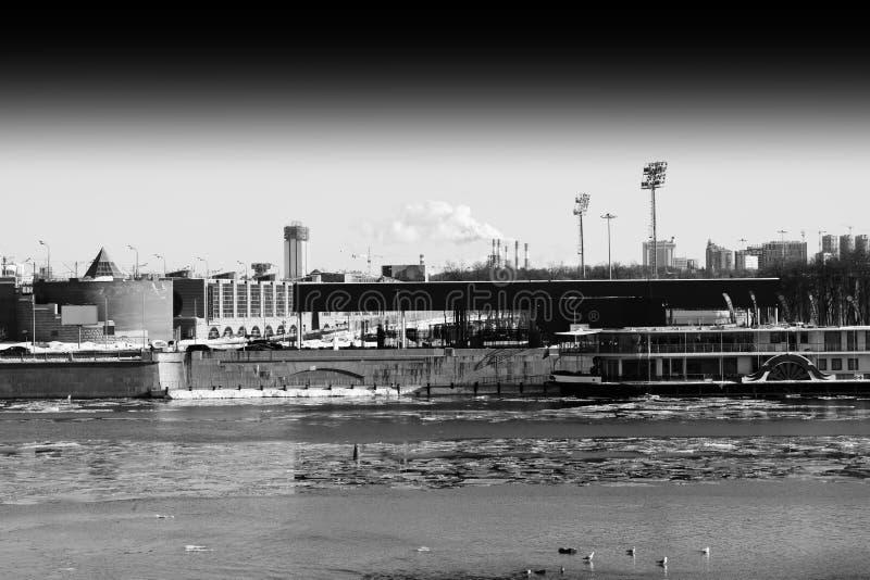 Río de Moscú cerca del fondo del parque de Gorki del parque imagen de archivo libre de regalías