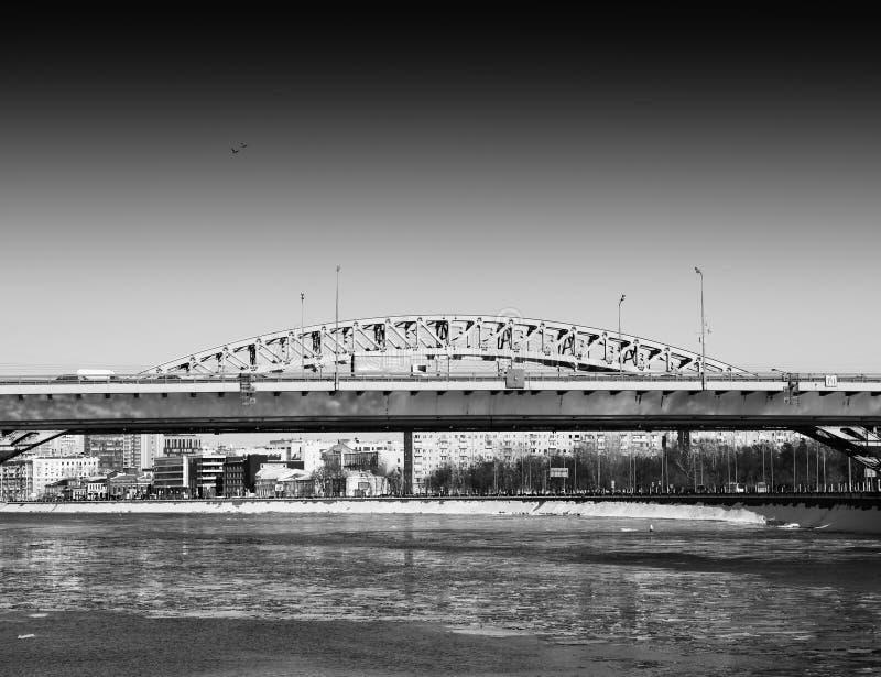 Río de Moscú cerca del fondo del parque de Gorki del parque imagenes de archivo