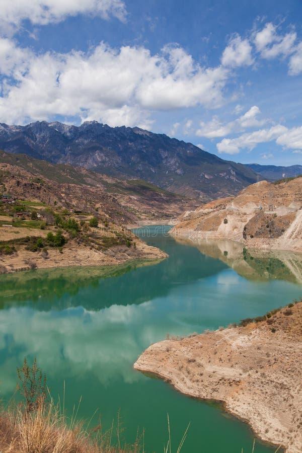 Río de Muli en el cielo claro de MULI en Sichuan de China imagenes de archivo