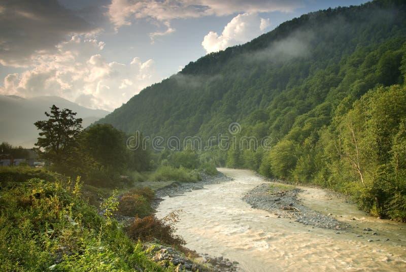 Río de Mzymta en Krasnaya Polyana imagen de archivo