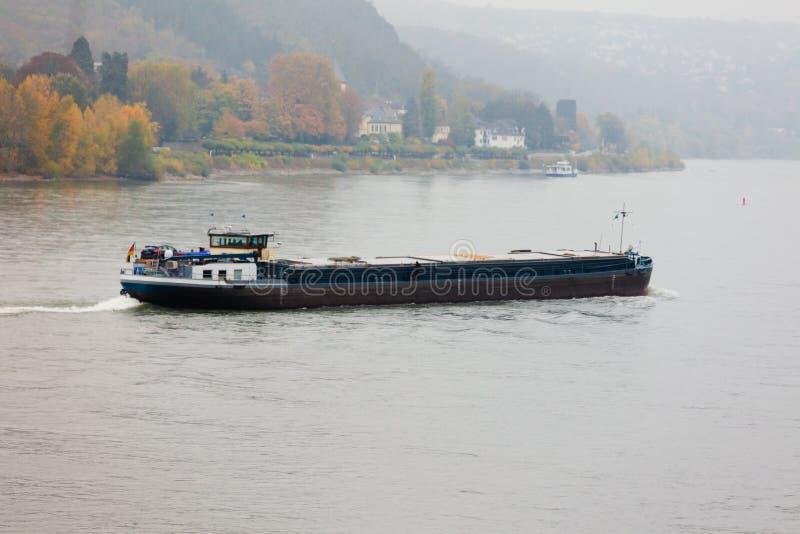 Río de navegación el Rin Alemania del buque de carga imagen de archivo
