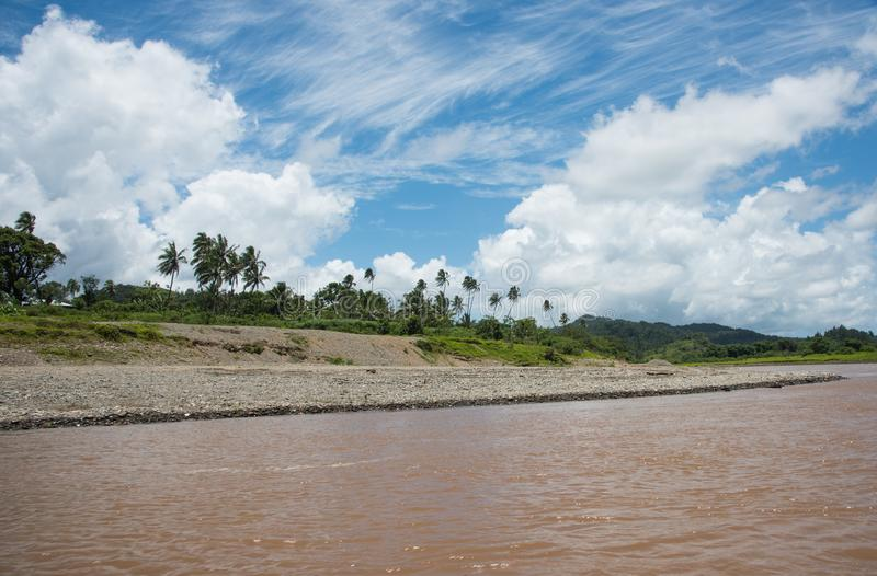 Río de Navua: Riverbank y selva tropical imágenes de archivo libres de regalías