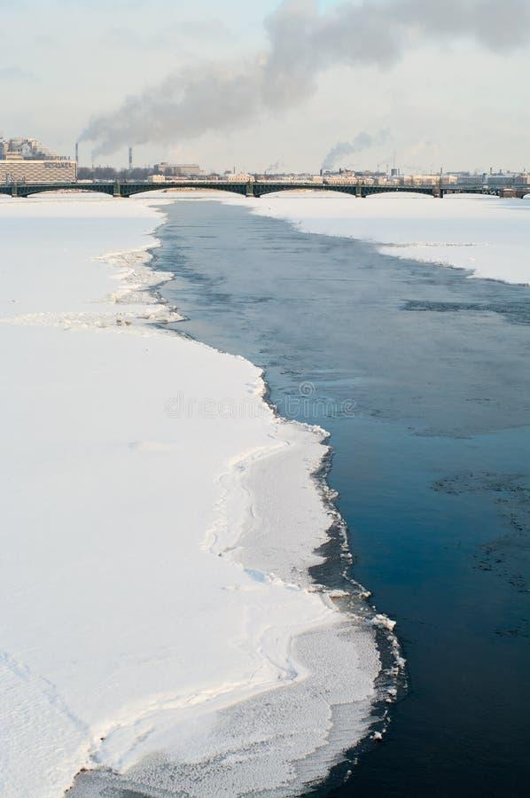 Río de Neva en la estación del invierno fotografía de archivo libre de regalías