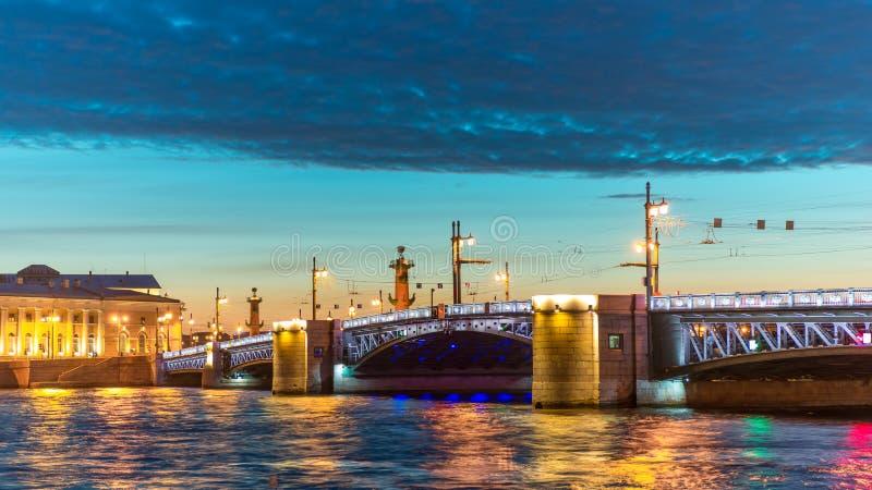Río de Neva Puente del palacio Noche blanca en St Petersburg, Rusia foto de archivo
