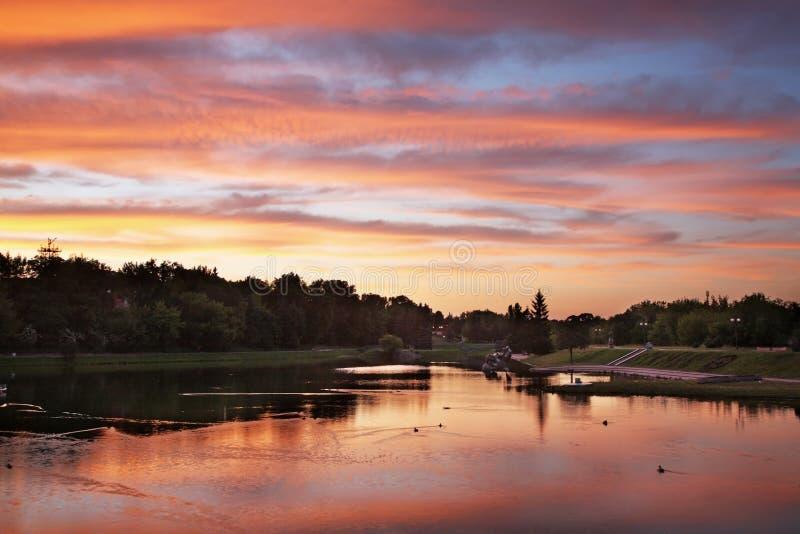 Río de Nevezis en Panevezys lituania foto de archivo