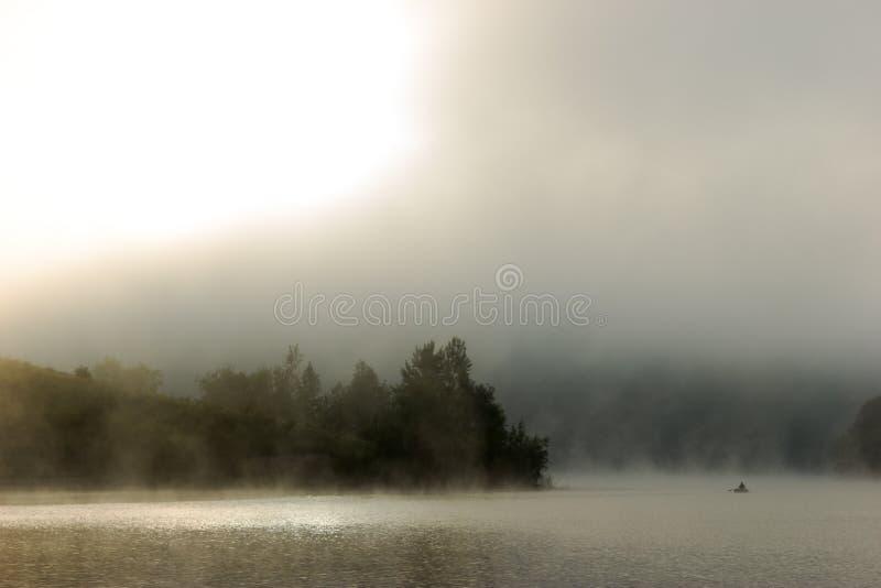 Download Río de niebla foto de archivo. Imagen de barco, sunlight - 42438366