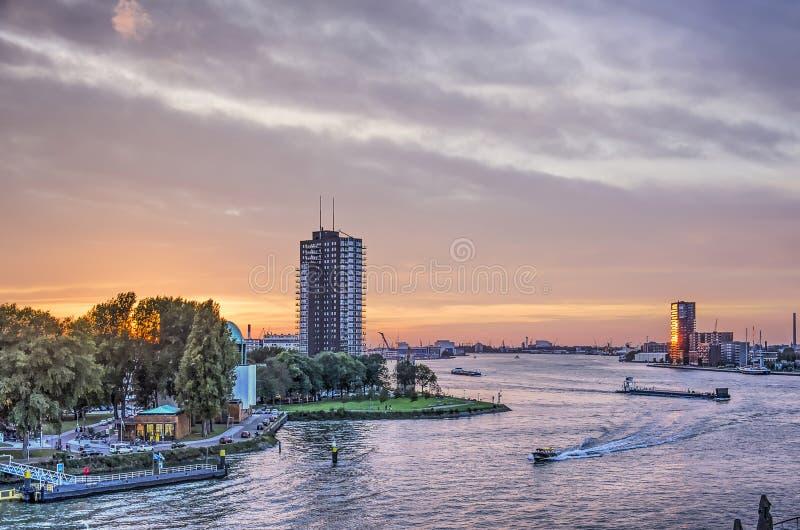 Río de Nieuwe Mosa en la puesta del sol fotografía de archivo