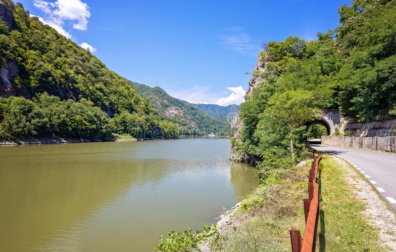 Río de Olt en el paso rojo de la torre de Turnu Ro?u en Calimanesti-Caciulata, Rumania Viaje Rumania Paisaje con el parque nacion fotos de archivo