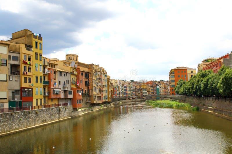 Río de Onyar en Girona, España, y casas coloridas de la vieja remolque imagenes de archivo
