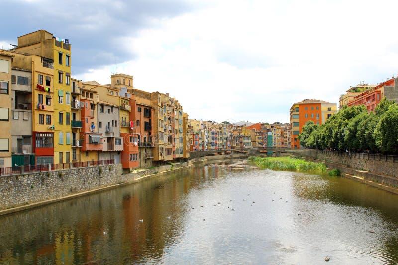 Río de Onyar en Girona, España, y casas coloridas de la vieja remolque fotografía de archivo