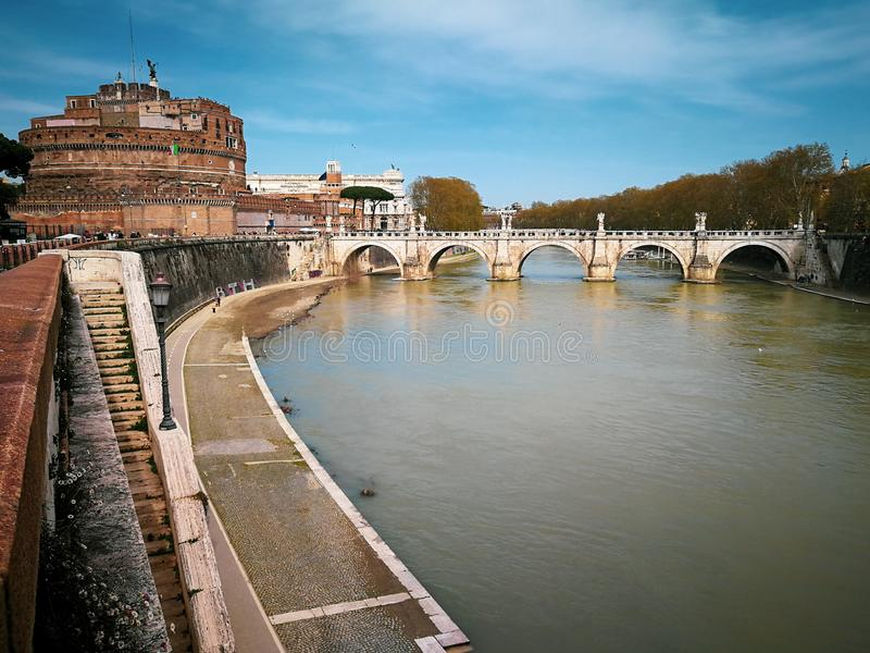 Río de Ponte y de Sant Angelo Castle y de Tíber en Roma, Italia fotografía de archivo libre de regalías