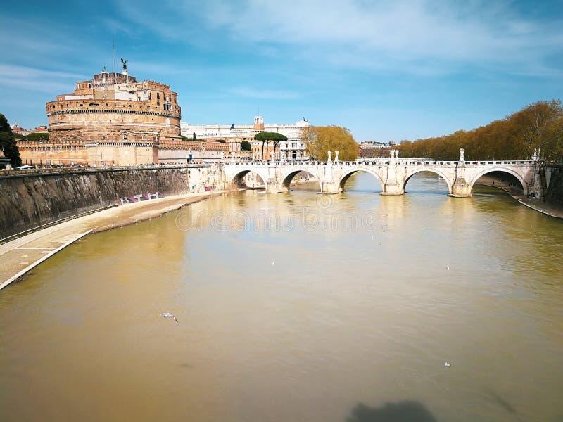 Río de Ponte y de Sant Angelo Castle y de Tíber en Roma, Italia imagenes de archivo