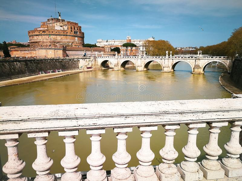 Río de Ponte y de Sant Angelo Castle y de Tíber en Roma, Italia fotos de archivo libres de regalías