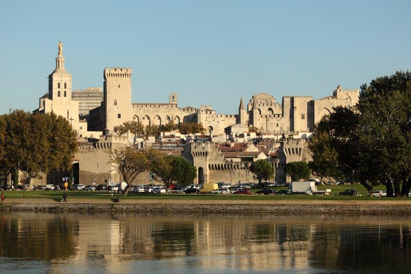 Río de Rhone y Palace de papa, Avignon imagen de archivo