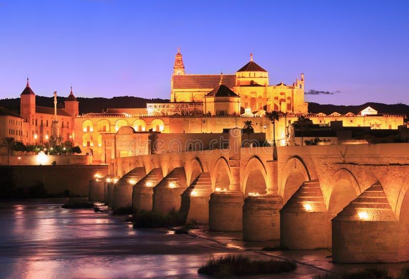 Río de Roman Bridge y de Guadalquivir, gran mezquita, Córdoba foto de archivo