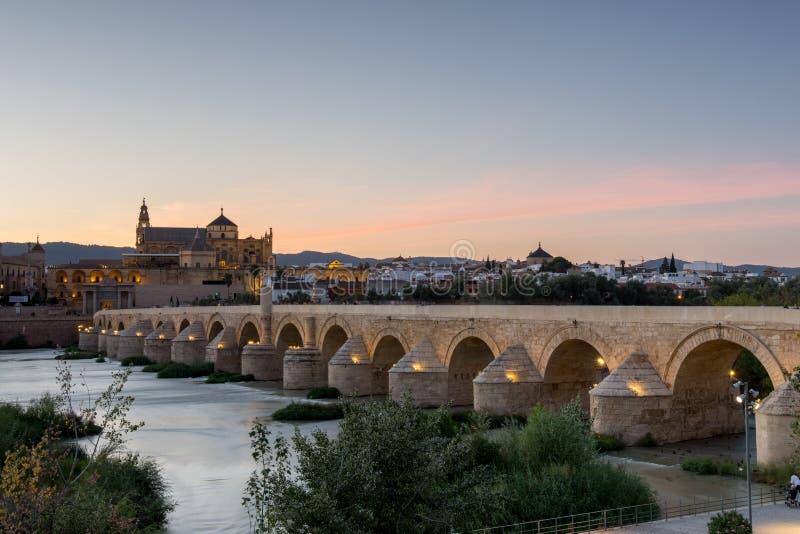 Río de Roman Bridge y de Guadalquivir, gran mezquita, Córdoba, Spai imágenes de archivo libres de regalías