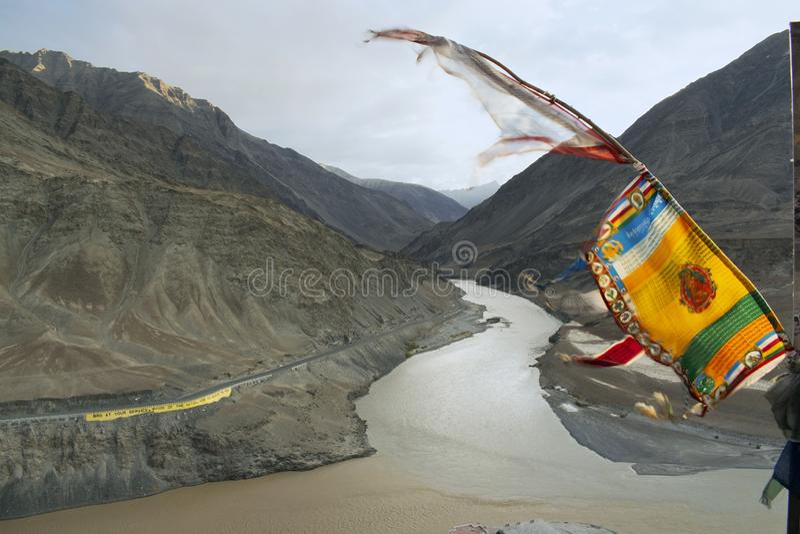Río de Sindhu Sangam, confluencia del Indus y ríos de Zanskar, cerca de Leh, Ladkh, la India fotos de archivo libres de regalías