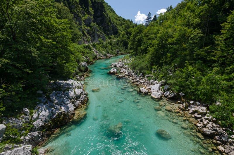 Río de Soca cerca del pueblo de Kobarid, Eslovenia fotografía de archivo