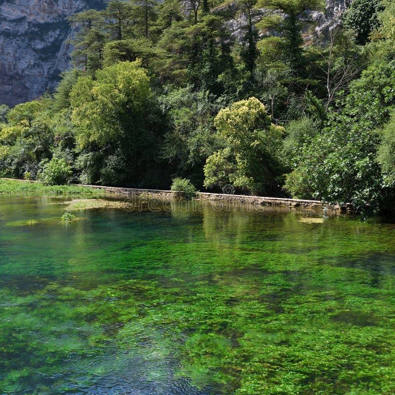 Río de Sorgue en Fontaine de Vaucluse, Francia fotos de archivo