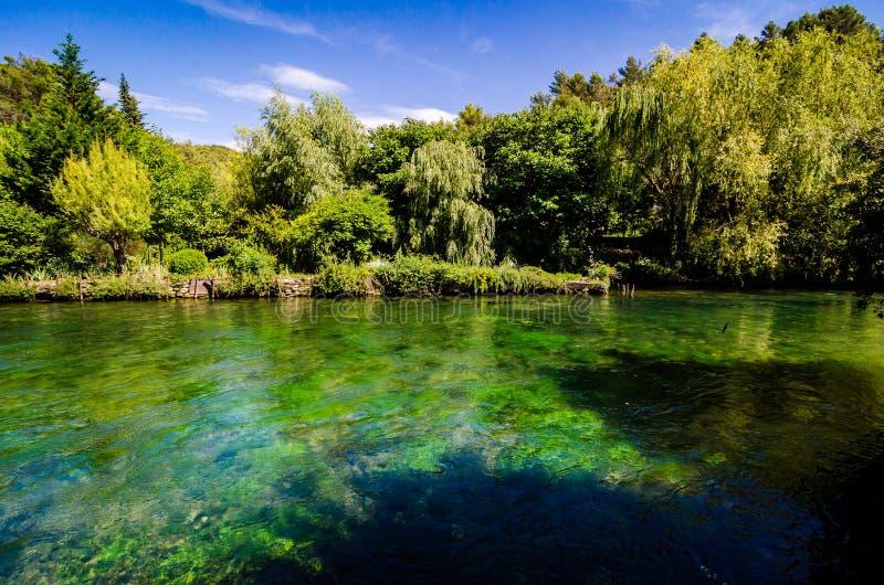 Río de Sorgue en Fontaine de Vaucluse, Provence fotografía de archivo libre de regalías