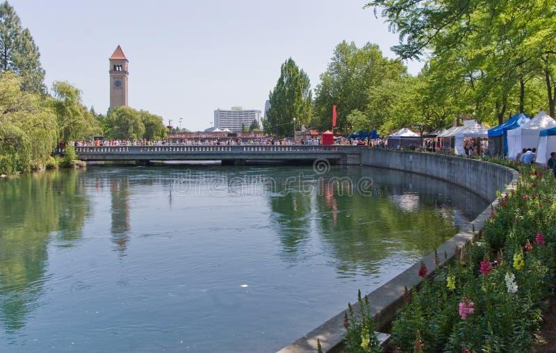 Río de Spokane en parque de la orilla del río con la torre de reloj foto de archivo