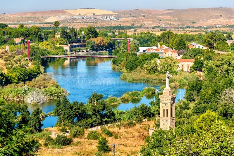 Río de Tajo y ermita de Cristo de la Vega en Toledo, España fotos de archivo