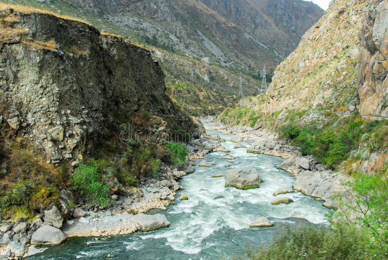 Río de Urubamba cerca de Machu Picchu (Perú) imagenes de archivo