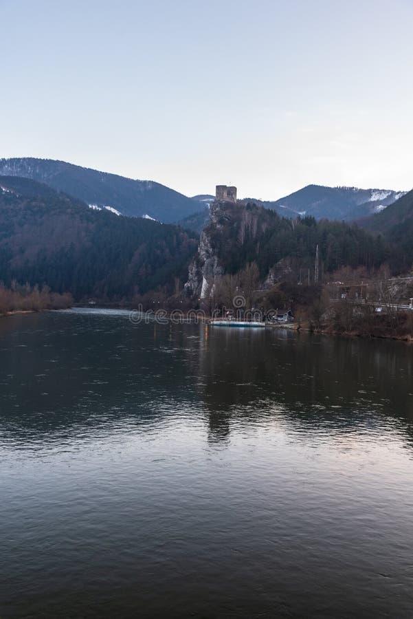 Río de Vah con ruinas del castillo de Strecno y colinas de las montañas de Mala Fatra arriba en Eslovaquia fotos de archivo