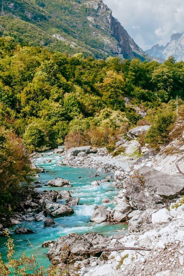 Río de Valbona al norte del agua clara fría del río de la atracción del parque nacional de Albania que fluye imágenes de archivo libres de regalías