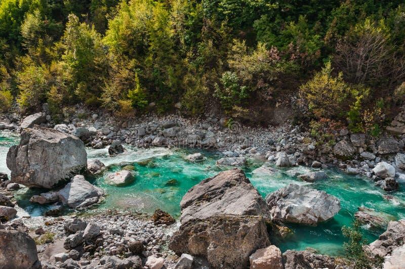 Río de Valbona en la atracción turística septentrional de Albania foto de archivo