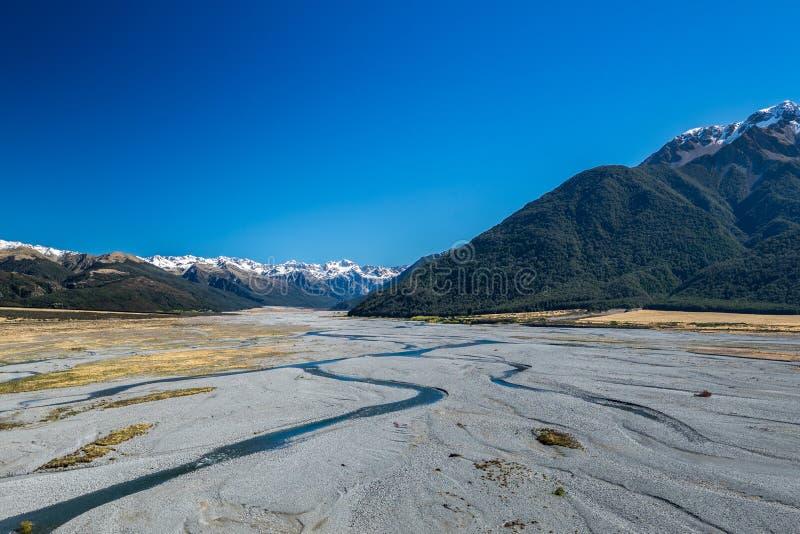 Río de Waimakariri en el parque nacional del paso de Arturo, Nueva Zelanda foto de archivo