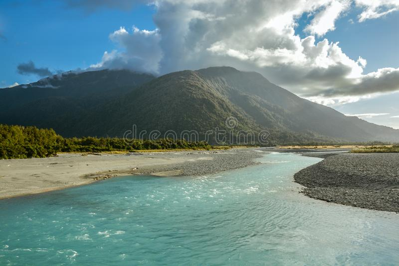 Río de Whataroa cerca de la pequeña ciudad de Whataroa en Nueva Zelanda fotos de archivo libres de regalías