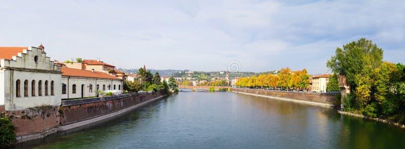 Río del Adigio en la ciudad de Verona, foto panorámica imagen de archivo