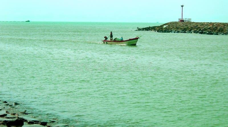 Río del agua trasera con el barco del pescador foto de archivo libre de regalías