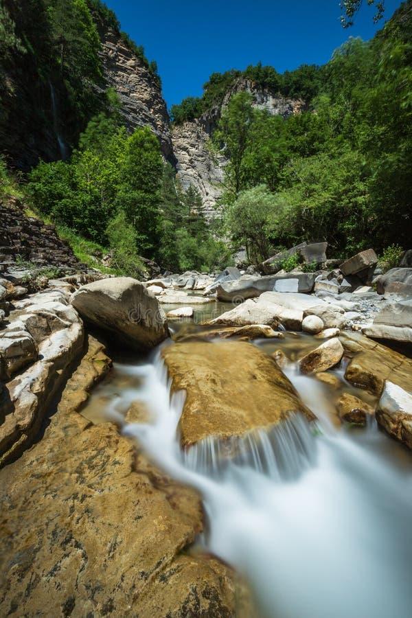 Río del Ara del barranco de Sorrosal, efecto de seda en el agua foto de archivo