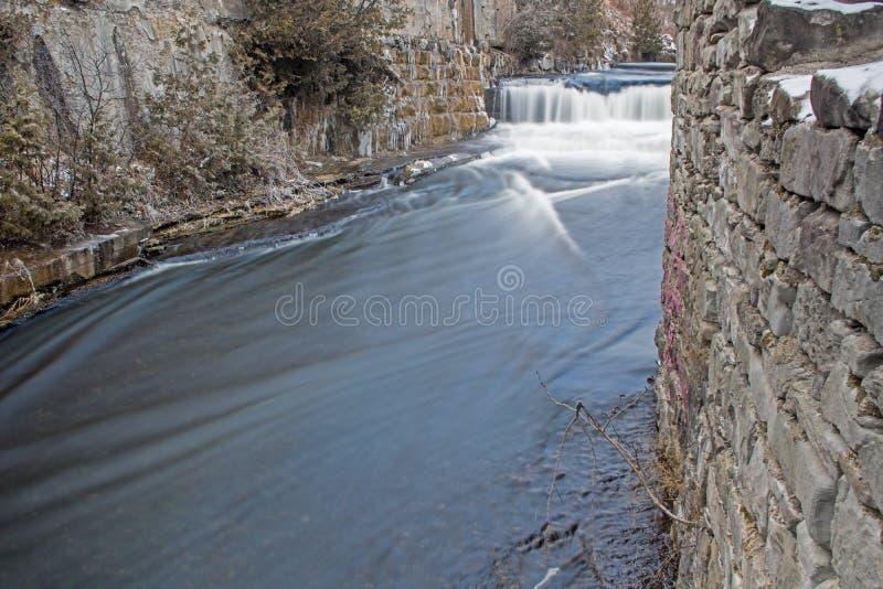 Río del crédito antes de la zambullida durante caídas de la catarata foto de archivo