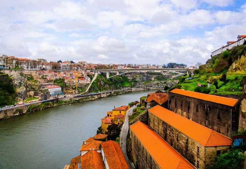 Río del Duero con la opinión superior de las ciudades de Oporto y de Vila Nova de Gaia imágenes de archivo libres de regalías